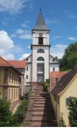 Frontalansicht der Kirche