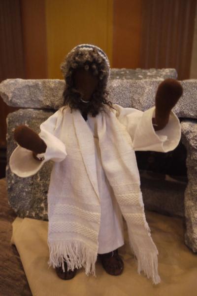 Jesus erscheint vor dem leeren Grab mit segnenden Händen
