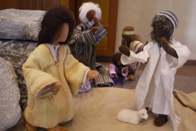 Jesus steht vor Maria Magdalena, im Hintergrund weitere Jünger