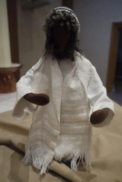 Jesus steht mit offenen Armen da.