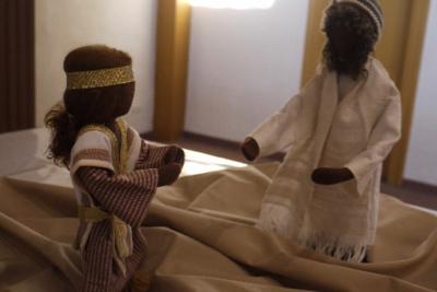Zachäus kniet vor Jesus